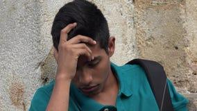 Estudiante masculino adolescente triste y solo Imágenes de archivo libres de regalías