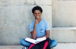 Estudiante masculino adulto joven africano de risa Imagen de archivo