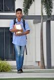 Estudiante masculino asiático serio Walking imagen de archivo