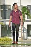 Estudiante masculino atractivo Walking On Campus fotografía de archivo libre de regalías