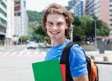 Estudiante masculino caucásico de risa en ciudad Imágenes de archivo libres de regalías
