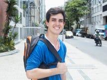 Estudiante masculino caucásico de risa en la ciudad Imágenes de archivo libres de regalías