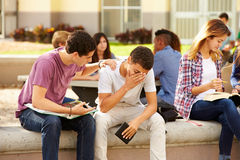 Estudiante masculino Comforting Unhappy Friend de la High School secundaria Imagen de archivo