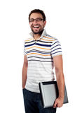 Estudiante masculino con la sonrisa de la computadora portátil Fotos de archivo libres de regalías