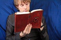 Estudiante masculino con un cuaderno. cierre para arriba Imagen de archivo libre de regalías