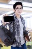 Estudiante masculino con un smartphone en sala de clase Fotos de archivo libres de regalías