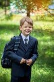 Estudiante masculino de la escuela primaria con la mochila encendido Imagenes de archivo