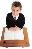Estudiante masculino de la escuela que mira para arriba Imagenes de archivo