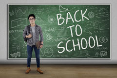 Estudiante masculino de la High School secundaria con el texto de nuevo a escuela Fotografía de archivo libre de regalías