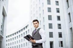Estudiante masculino en la calle Foto de archivo libre de regalías