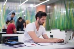 Estudiante masculino en sala de clase Fotos de archivo libres de regalías