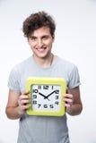 Estudiante masculino feliz con el reloj grande Fotografía de archivo libre de regalías