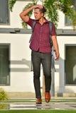 Estudiante masculino filipino And Confusion Walking en campus fotografía de archivo