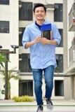 Estudiante masculino And Happiness Walking en campus imagenes de archivo