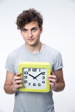 Estudiante masculino hermoso con el reloj grande Fotografía de archivo libre de regalías
