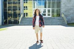 Estudiante masculino hermoso joven en la universidad Imágenes de archivo libres de regalías