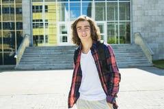 Estudiante masculino hermoso joven en la universidad Imagen de archivo libre de regalías