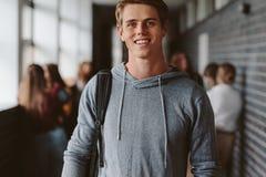 Estudiante masculino joven en campus de la universidad fotos de archivo libres de regalías