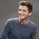 Estudiante masculino joven fresco que parece amistoso y dinámico Foto de archivo