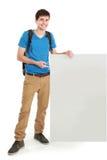 Estudiante masculino joven que lleva a cabo al tablero en blanco blanco Fotografía de archivo libre de regalías
