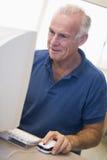 Estudiante masculino maduro que aprende destrezas del ordenador Imagen de archivo