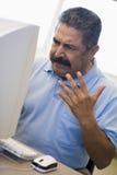 Estudiante masculino maduro que expresa la frustración Foto de archivo libre de regalías