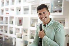 Estudiante masculino medio-oriental adulto joven que sonríe a la cámara Foto de archivo