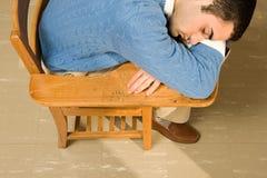 Estudiante masculino que duerme en una lección imagenes de archivo