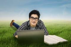 Estudiante masculino que estudia al aire libre Fotos de archivo libres de regalías