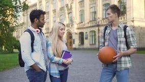 Estudiante masculino que liga con la novia de su amigo, engañando en la relación metrajes