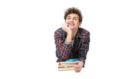 Estudiante masculino que se inclina en la tabla con los libros Imagen de archivo