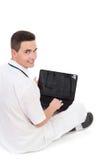 Estudiante masculino sonriente de la medicina que trabaja en un ordenador portátil Foto de archivo