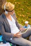 Estudiante masculino sonriente en lentes con PC de la tableta Fotos de archivo libres de regalías