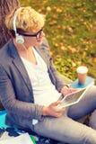 Estudiante masculino sonriente en lentes con PC de la tableta Foto de archivo libre de regalías