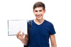 Estudiante masculino sonriente que sostiene el papel en blanco Foto de archivo