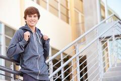 Estudiante masculino Standing Outside Building de la High School secundaria Foto de archivo
