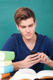 Estudiante masculino Using Cellphone fotos de archivo libres de regalías