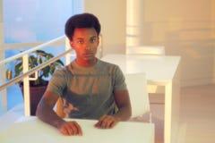 Estudiante moderno de la sala de clase en el retrato de la Universidad de la tabla del hombre hermoso de la biblioteca que se sie Fotografía de archivo