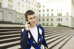 Estudiante moderno que habla en un teléfono móvil Fotos de archivo