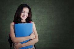 Estudiante moderno que se coloca en la clase Foto de archivo libre de regalías