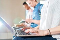 Estudiante moderno que usa el ordenador portátil Fotografía de archivo libre de regalías