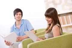 Estudiante - mujer con el ordenador de la tablilla de la pantalla táctil Imagenes de archivo
