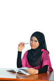 Estudiante musulmán con el cuaderno y la pluma foto de archivo libre de regalías