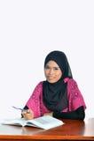 Estudiante musulmán con el cuaderno y la pluma foto de archivo