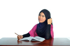 Estudiante musulmán con el cuaderno y la pluma fotos de archivo libres de regalías