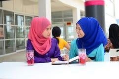 Estudiante musulmán joven hermoso que comparte la información junta Imágenes de archivo libres de regalías