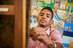 Estudiante negro feliz Of Art School Smiling At Camera del muchacho Foto de archivo