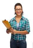 Estudiante negro femenino en lentes con las carpetas Foto de archivo