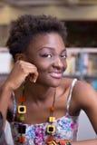 Estudiante negro joven en estudiar de la biblioteca Fotografía de archivo libre de regalías
