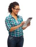 Estudiante negro sonriente en lentes con PC de la tableta Imágenes de archivo libres de regalías